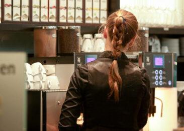 Restaurantfotografie Frau an Kaffemaschine