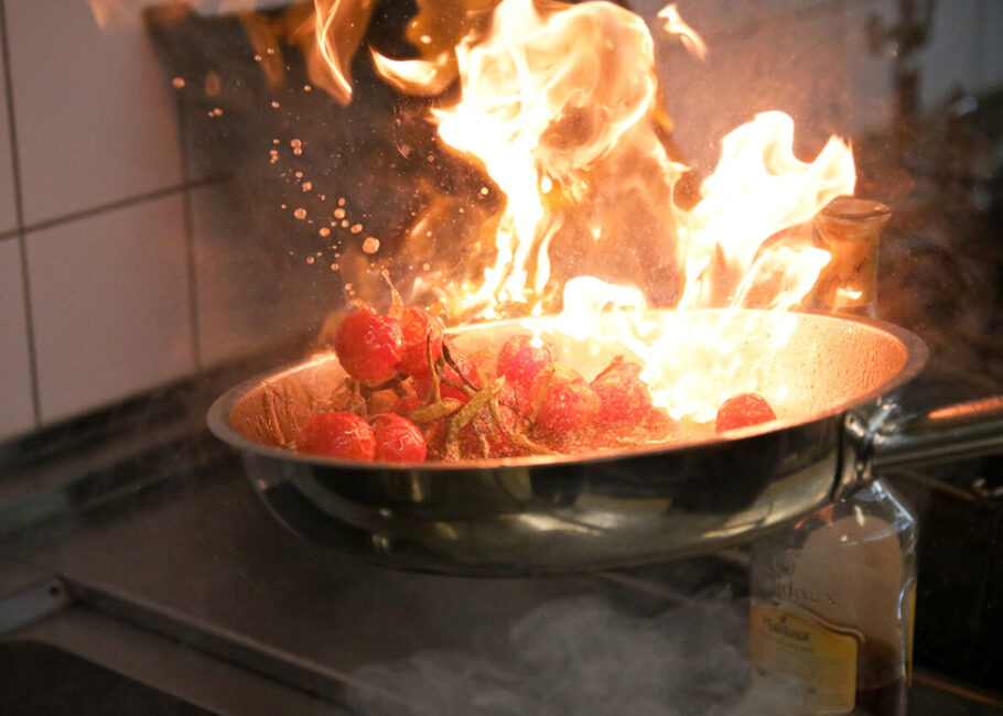 Restaurantfotografie flambierte Kirschtomaten in Pfanne