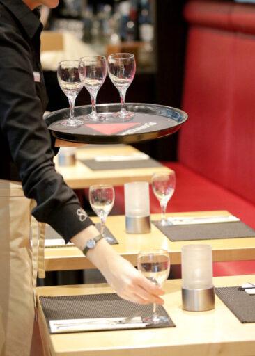 Restaurantfotografie Tisch wird eingedeckt