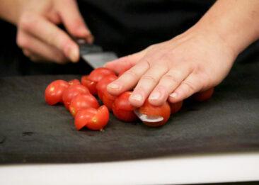 Restaurantfotografie Hand mit Kirschtomaten