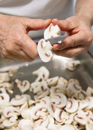 Restaurantfotografie Hände mit Champignons