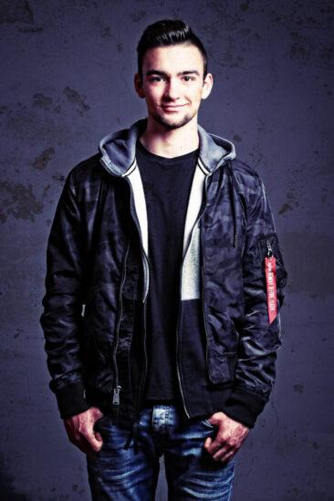 Teenagerfotos junger Mann in Jacke