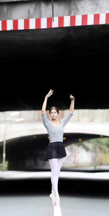 Fotostudio junge Ballerina vor Industriekulisse