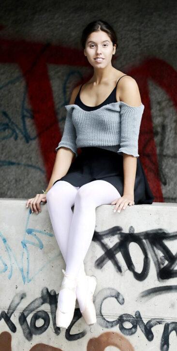 Fotograf junge Ballerina auf Mauer