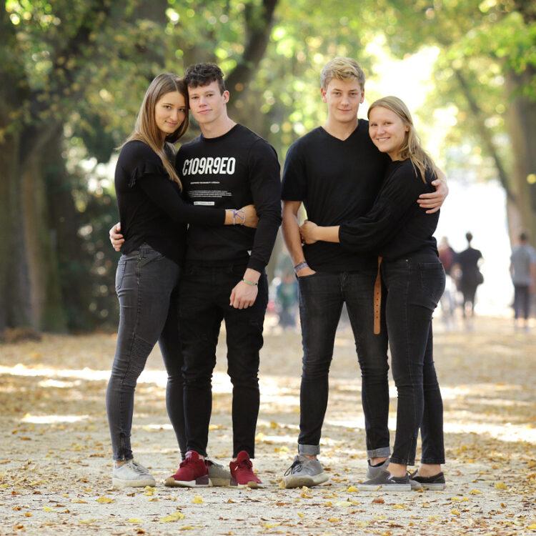 Teenager Portraizs 2 Paare im Rombergpark Outdoor