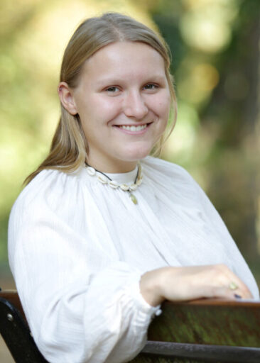 Fotografin junge Frau auf Bank
