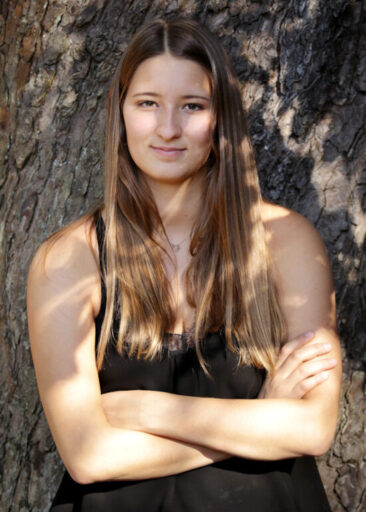Fotostudio junge Frau am Baum