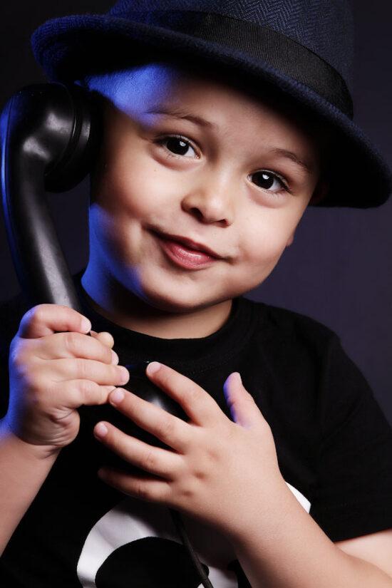 Fotostudio Kinderfotos Dortmund Junge mit Telefonhörer